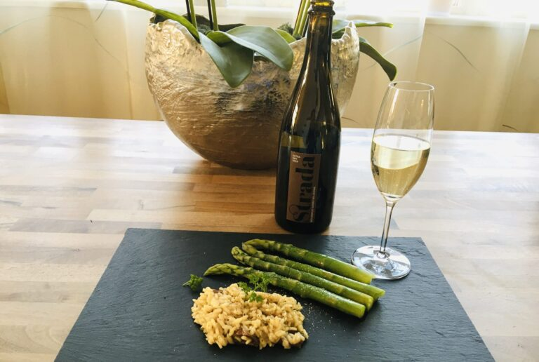 Spargel Risotto mit einer Flasche Strada Vin Mousseux Suisse Schaumwein